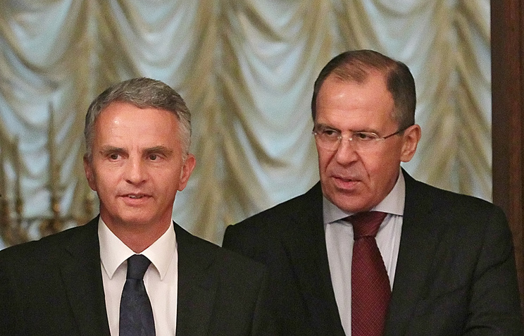 Swiss President Didier Burkhalter and Russia's Foreign Minister Sergei Lavrov (right)