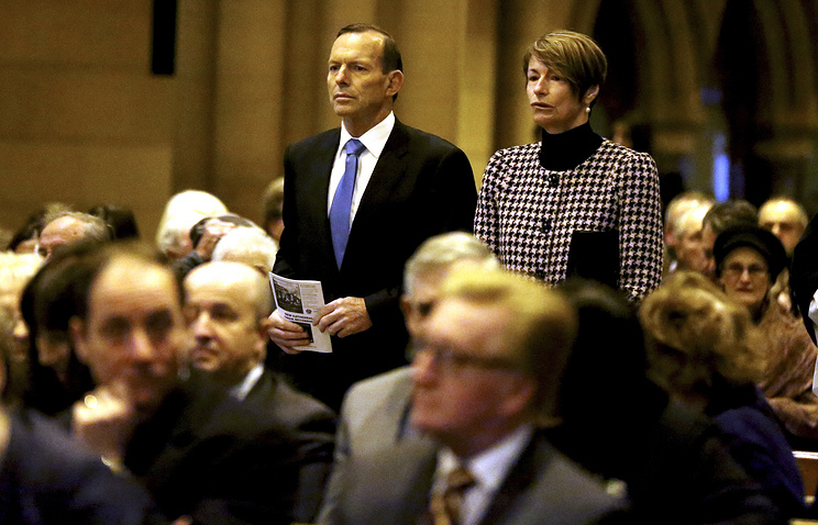 Australian Prime Minister Tony Abbott (C) and his wife Margie (R) arrive to attend Mass at St Mary's in Sydney, Australia, 20 July 2014