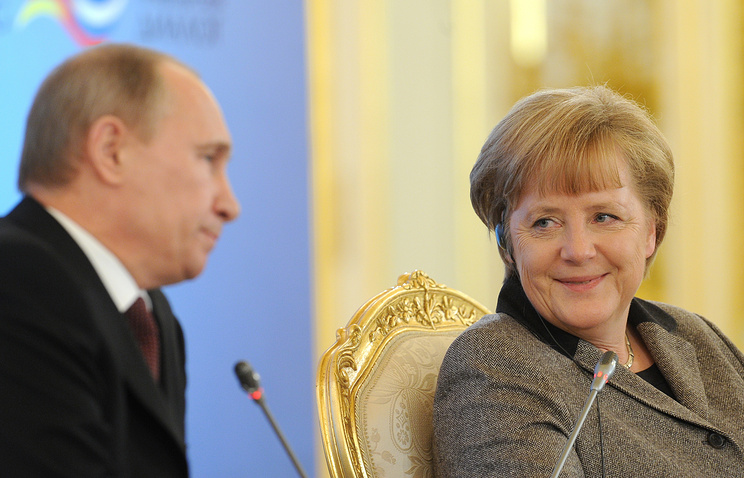 Angela Merkel (right) and Valdimir Putin