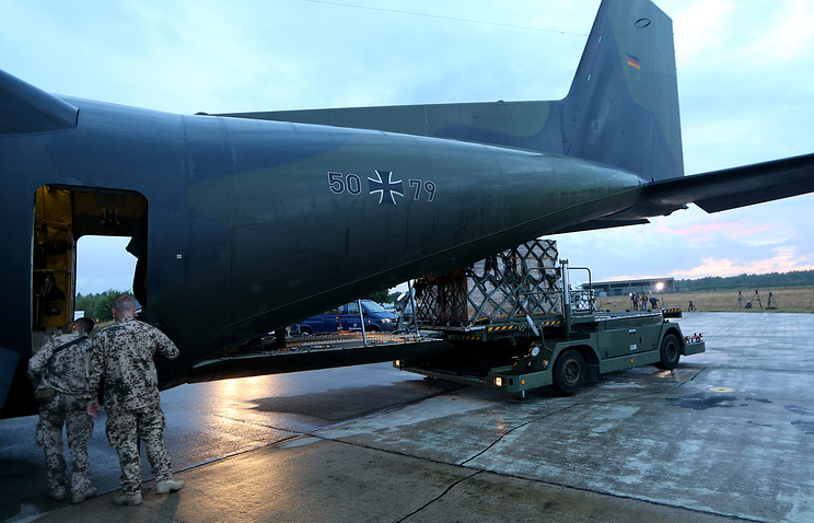 Aid supplies are being loaded into a German military Transall aircraft to be taken to the Kurdish territories in Iraq