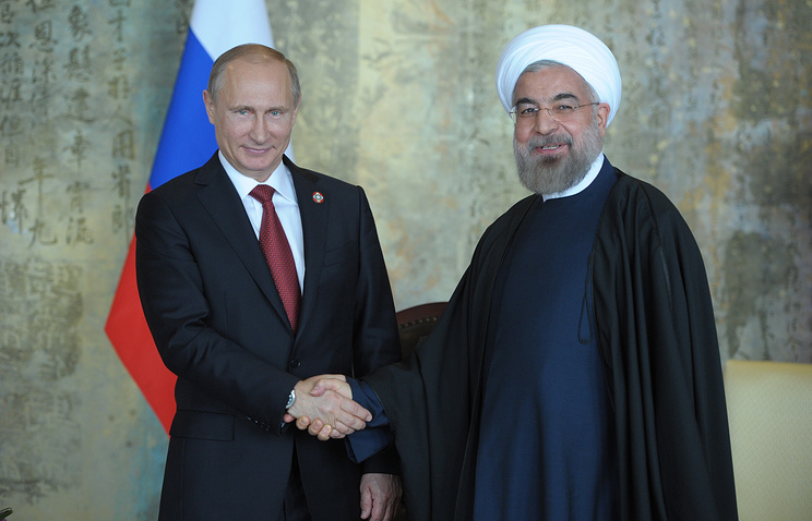 Russian President Vladimir Putin (L) and Iranian President Hassan Rouhani (R)