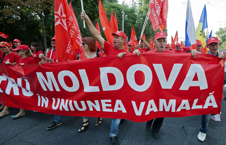Opponents of Moldova's Association Agreement with the EU march with a banner reading Moldova in the Customs Union