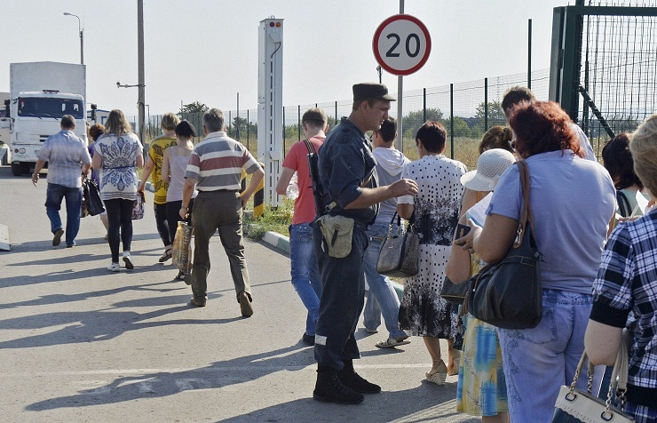 Ukrainian refugees at the border with Russia in August 2014