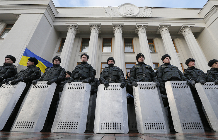 Policemen stand guard in front of the Parliament of Ukraine (archive)