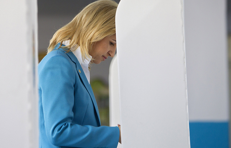 Irina Vlah casts her ballot at a polling station