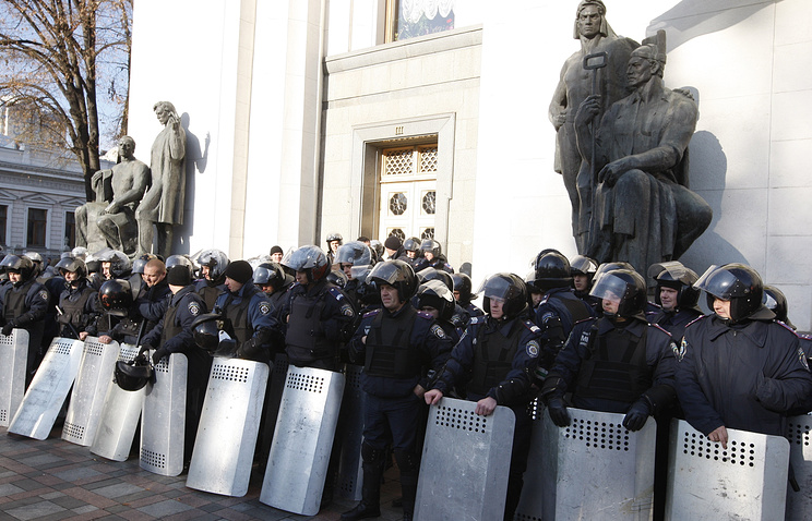 Police at the parliament building in Kiev, October 2014