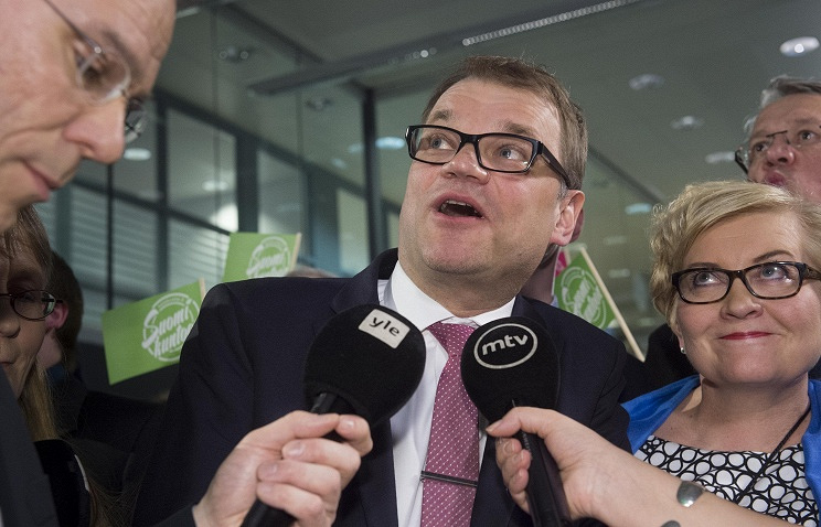 Centre Party leader Juha Sipilae (C)
