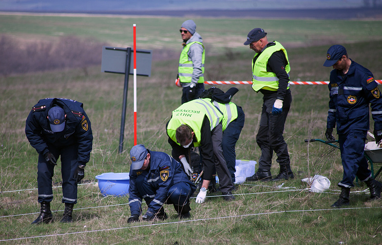 Dutch and Malaysian experts at the crash site of the Malaysian Airlines Flight MH17