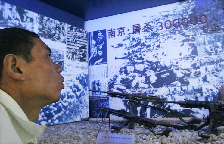 A man views an exhibit on the World War II massacre in the city of Nanjing (archive)