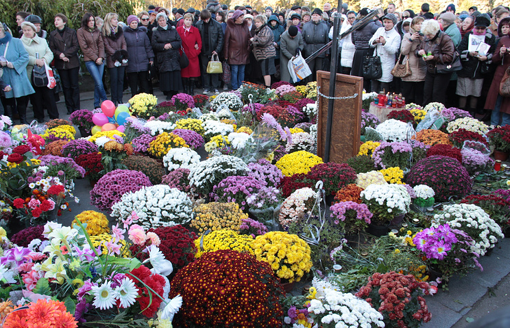 Flowers at the memorial (archive)