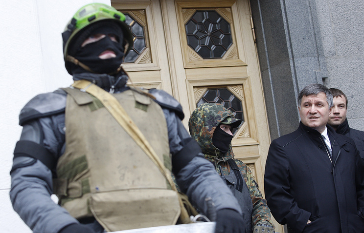 Ukrainian Interior Minister Arsen Avakov (right) leaving the parliament building (archive)