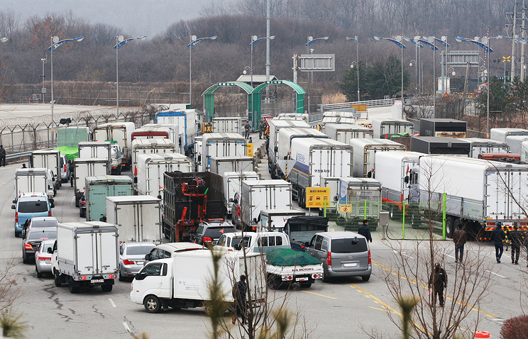 Vehicles with workers of Kaesong Industrial Complex are waiting to enter North Korea
