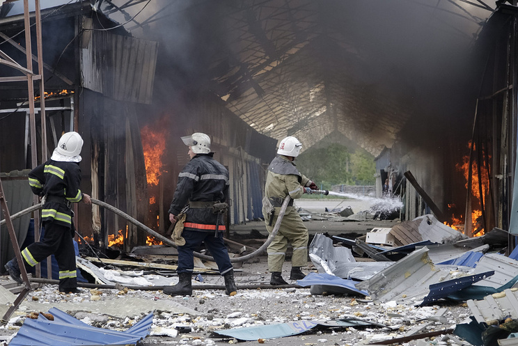 Damaged shops after shelling at a market on the outskirts of Donetsk, June 3