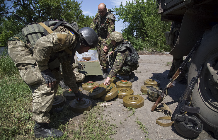 Ukrainian servicemen prepare anti-tank mines in the town of Maryinka, June 5