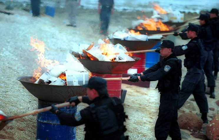 Policemen set fire on confiscated drugs in Shenzhen, China