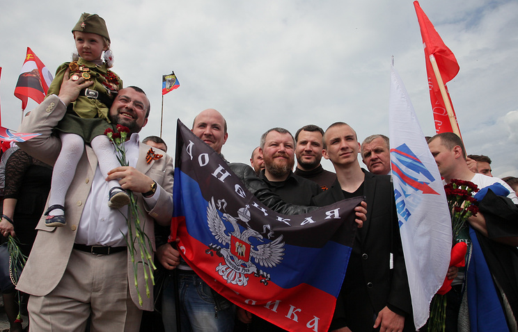 Chairman of the DPR People's Council Andrey Purgin (center)