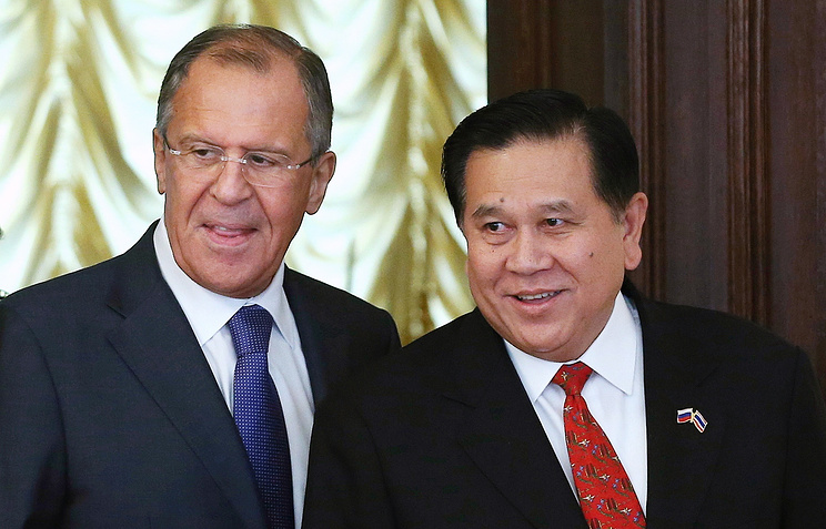 Russian Foreign Minister Sergey Lavrov (left) and Thai Foreign Minister Thanasak Patimaprakorn (right)