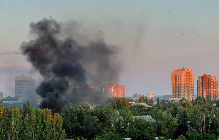 Smoke rises after Donetsk shelling on Jul. 18