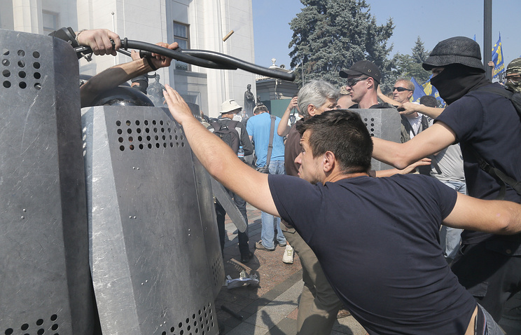 Ukrainian protesters clashing with police in front of the parliament in Kiev