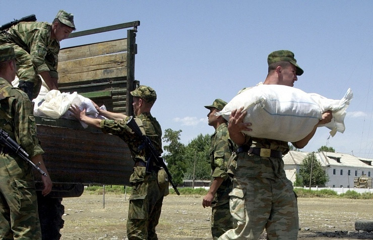 Russian border-guards with confiscated heroin at the Tajik-Afghan border (archive)