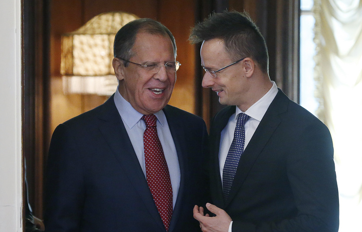 Russian Foreign Minister Sergeн Lavrov (L) welcomes Hungarian Foreign Minister Peter Szijjarto