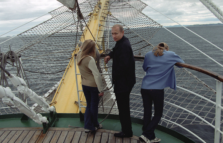 Vladimir Putin on vacation with his two daughters in 2002 (archive)