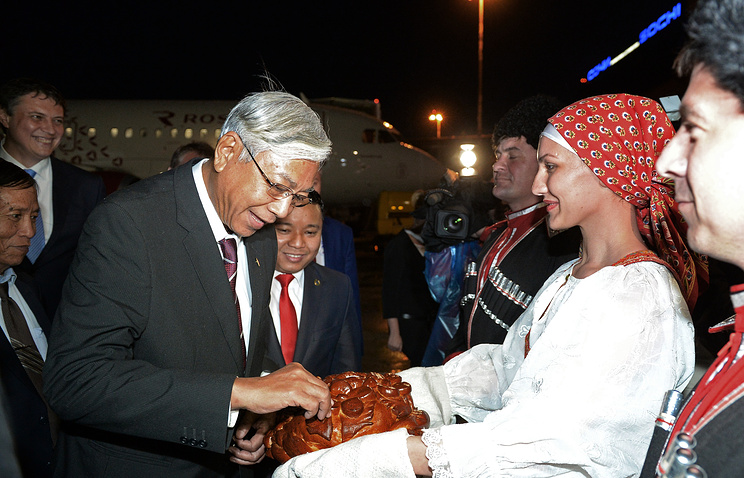 Htin Kyaw takes part in Russian traditional Bread and Salt welcome ceremony upon his arrival at Sochi International Airport