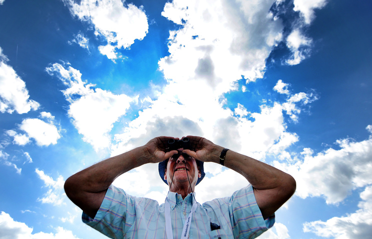 A plane spotter at the Farnborough Airshow in 2014 (archive)