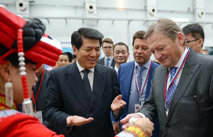 Chinese ambassador to Russia Li Hui (center)