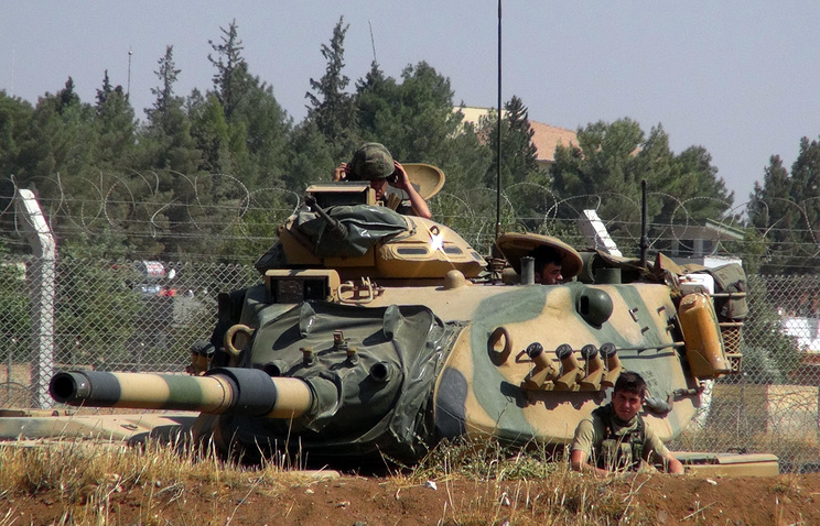 Turkish army tank stationed near the Syrian border