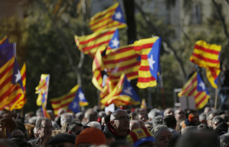 """People hold """"estelada"""" or pro-independence flags in Barcelona, Spain"""