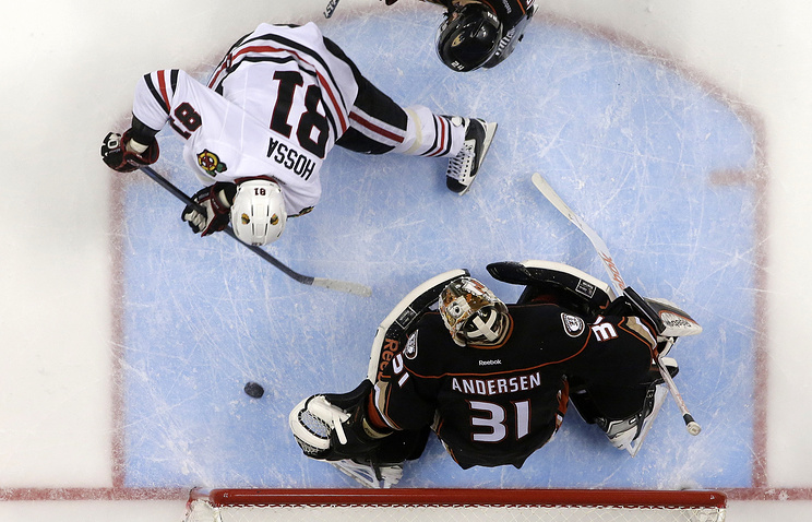 Chicago Blackhawks right wing Marian Hossa, left, scores past Anaheim Ducks goalie Frederik Andersen