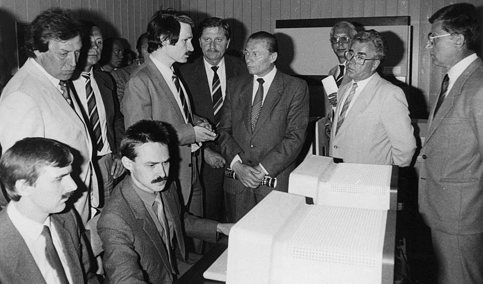 With employees of the Institute of Control Sciences of the USSR Academy of Sciences during the demonstration of network software to Czech customers, Prague, 1987 Personal archive of Leonid Boguslavsky